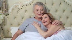 Couples lounging dans le lit après avoir réveillé la caresse banque de vidéos