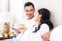 Couples lounging dans le lit au matin Image libre de droits
