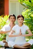 Couples méditant Image libre de droits