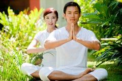 Couples méditant Photographie stock libre de droits