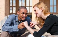 Couples mélangés appréciant le moment image stock