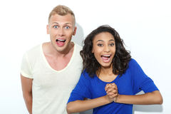 Couples mélangés drôles d'isolement sur le blanc Photos stock