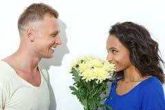 Couples mélangés drôles d'isolement sur le blanc Photographie stock libre de droits