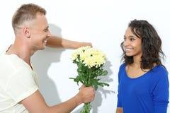 Couples mélangés drôles d'isolement sur le blanc Photo libre de droits