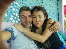 Couples mélangés heureux d'appartenance ethnique dans le sourire d'amour gai avec l'homme caucasien bel et belle la femme coré photo stock