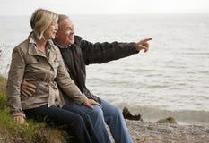 Couples mûrs à l'extérieur images stock