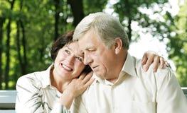 Couples mûrs à l'extérieur image libre de droits