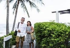 Couples mûrs ayant des vacances à une station de vacances Photos stock