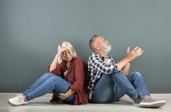 Couples mûrs ayant l'argument à l'intérieur photos libres de droits
