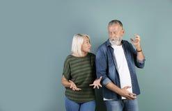 Couples mûrs ayant l'argument images stock