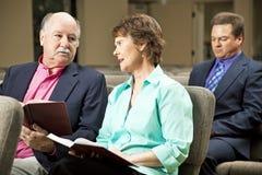 Couples mûrs dans l'église Photos libres de droits