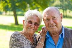 Couples mûrs dans l'amour images stock