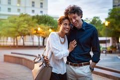 Couples mûrs dans l'amour marchant dans la rue photographie stock libre de droits