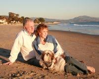 Couples mûrs de plage Photo stock