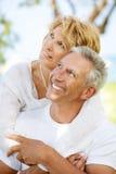 Couples mûrs heureux à l'extérieur Photographie stock libre de droits