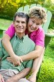 Couples mûrs heureux étreignant et ayant l'amusement Image stock
