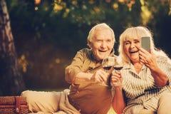Couples mûrs joyeux prêts pour faire la photo photographie stock
