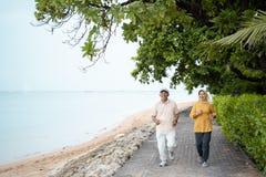 Couples mûrs musulmans faisant pulser ensemble photo stock