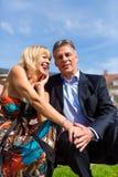 Couples mûrs pendant la source dans la ville Image libre de droits