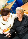 Couples mûrs regardant la TV Photo stock