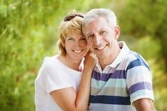 Couples mûrs souriant et embrassant Images libres de droits
