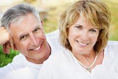 Couples mûrs souriant et embrassant Photo stock