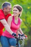 Couples mûrs sur la bicyclette photographie stock libre de droits