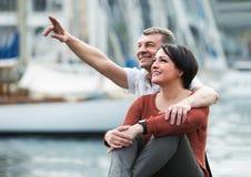 Couples mûrs étreignant dehors à la journée de printemps Photos libres de droits