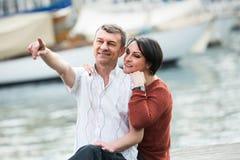 Couples mûrs étreignant dehors à la journée de printemps Photo libre de droits