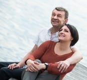 Couples mûrs étreignant dehors à la journée de printemps Images stock