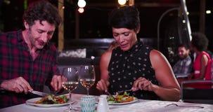 Couples mûrs appréciant le repas au restaurant de dessus de toit clips vidéos