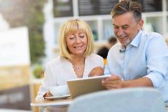 Couples mûrs au café Image stock