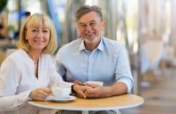 Couples mûrs au café Images stock