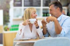 Couples mûrs au café Photo libre de droits