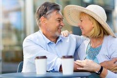 Couples mûrs au café Images libres de droits