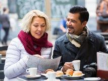 Couples mûrs au café de rue Photos stock