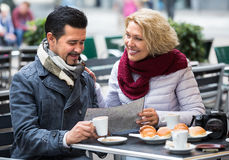 Couples mûrs au café de rue Images stock