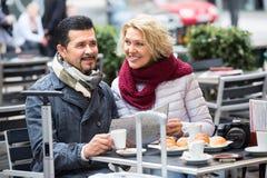 Couples mûrs au café de rue Image stock