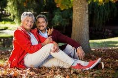Couples mûrs au parc pendant l'automne Image stock