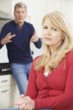 Couples mûrs ayant l'argument à la maison Images libres de droits