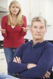 Couples mûrs ayant l'argument à la maison photos stock