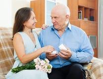 Couples mûrs ayant la date romantique Image libre de droits