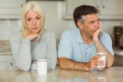 Couples mûrs ayant le café ne parlant ensemble pas images stock