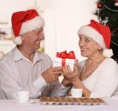 Couples mûrs célébrant la nouvelle année Photo stock