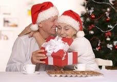 Couples mûrs célébrant la nouvelle année Images stock