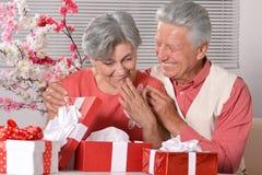 Couples mûrs célébrant la nouvelle année Image libre de droits