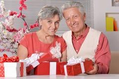 Couples mûrs célébrant la nouvelle année Photo libre de droits