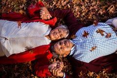 Couples mûrs détendant au parc pendant l'automne Image stock