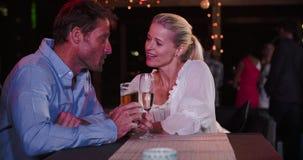 Couples mûrs détendant ensemble à la barre de dessus de toit banque de vidéos