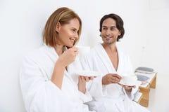 Couples mûrs détendant ensemble à la station thermale de jour Images libres de droits